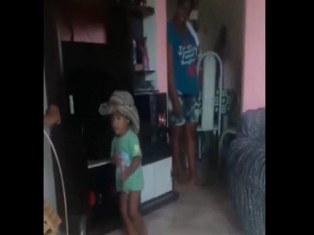 Cậu bé trổ tài nhảy múa khiến người lớn phấn khích