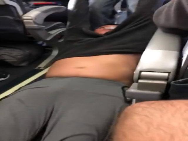 Người Trung Quốc phẫn nộ vì hàng không Mỹ dùng bạo lực với hành khách