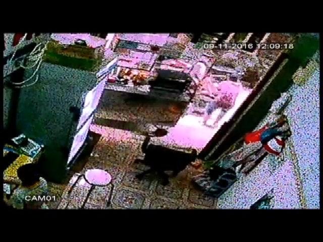 Nữ chủ nhà lao ra giật lại xe máy dù trộm đã rồ ga
