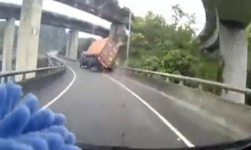 Đừng chạy cạnh xe container - nguyên tắc sống còn cho tài xế - Video Embed