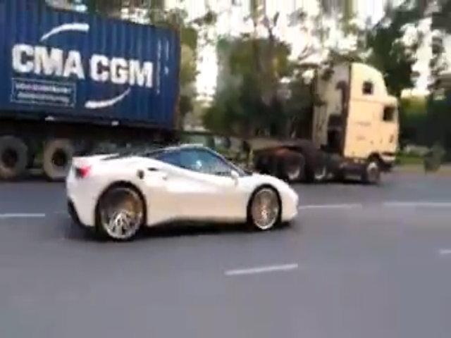 Siêu xe Lamborghini cực hiếm của đại gia Minh 'nhựa' lộ diện trên cao tốc
