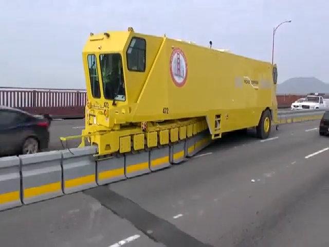 Xe dịch chuyển dải phân cách trên cầu Cổng Vàng