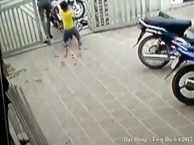 Bé trai giằng co với tên trộm xe máy
