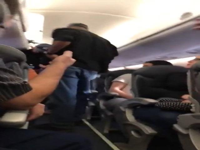 David Dao bị kéo lê ra khỏi máy bay