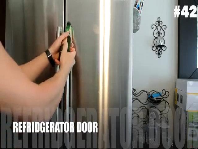 Mở bia bằng cánh cửa tủ lạnh