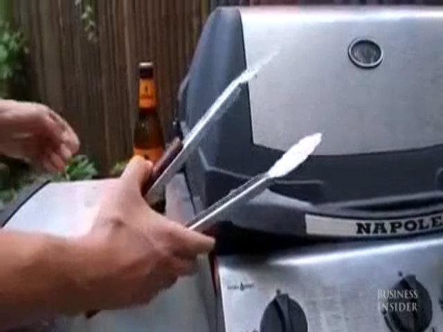 Mở bia bằng dụng cụ gắp