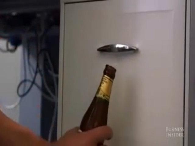 Mở bia bằng tay nắm tủ