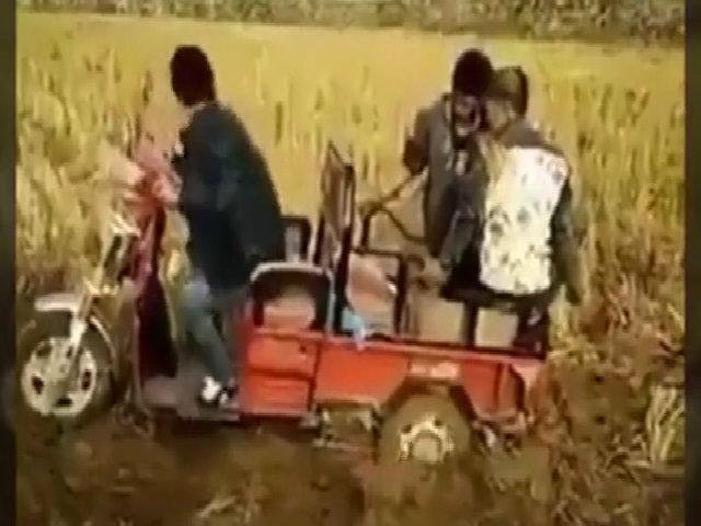 Cắm đầu xuống bùn vì giúp bạn đẩy xe