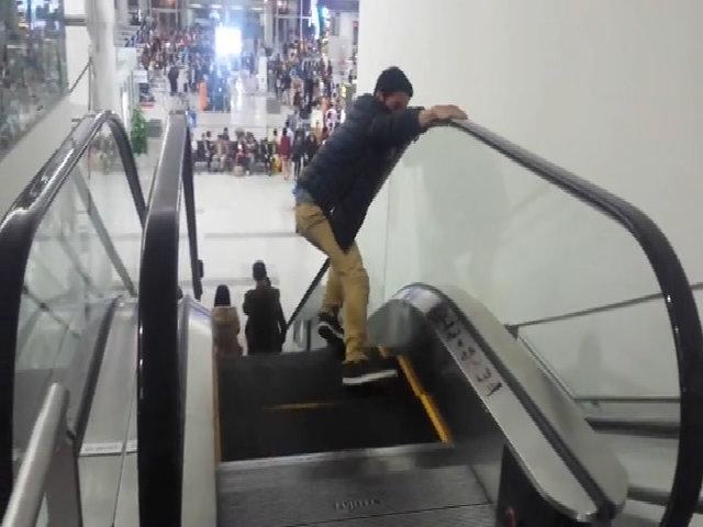 Chàng trai kinh hãi khi lần đầu đi thang cuốn