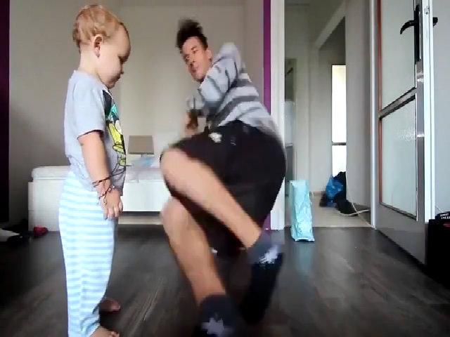 Cậu bé nhảy hip hop cùng bố khiến mọi người thích thú