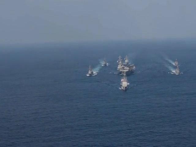 Cụm tàu sân bay chiến đấu USS Carl Vinson di chuyển trên biển