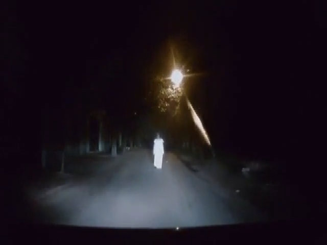 Bà vợ hét lên kinh hãi vì ôtô bị 'bóng ma' chặn đường