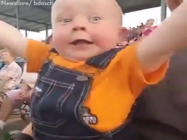 Cậu bé phấn khích khi lần đầu được xe đua xe