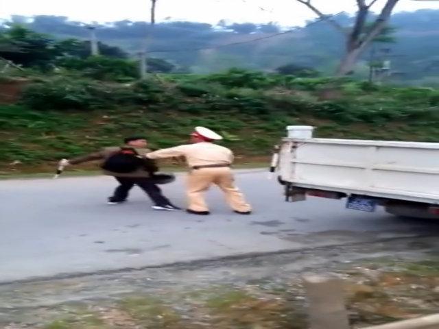 Người đàn ông đoạt gậy điều khiển, doạ đánh CSGT