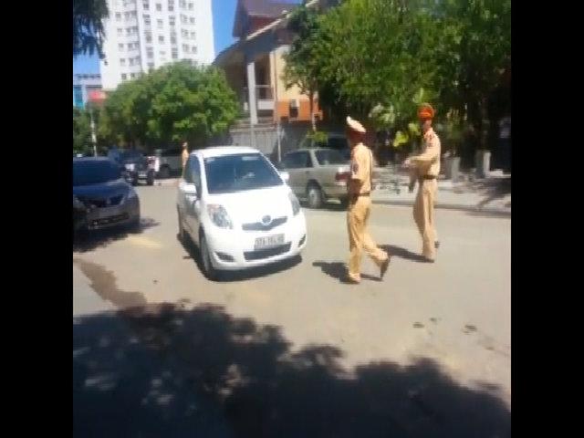 Nữ tài xế phớt lờ cảnh sát truy đuổi, quay clip nói 'tung lên mạng'