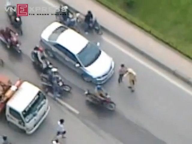 Phụ nữ kéo, đẩy CSGT để xế hộp bỏ chạy