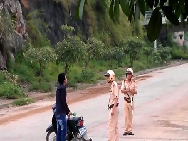 Thanh niên cầm vỏ chai hành hung cảnh sát