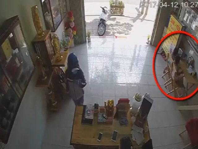 Nữ quái 'qua mặt' trẻ, lẻn vào nhà trộm 2 điện thoại