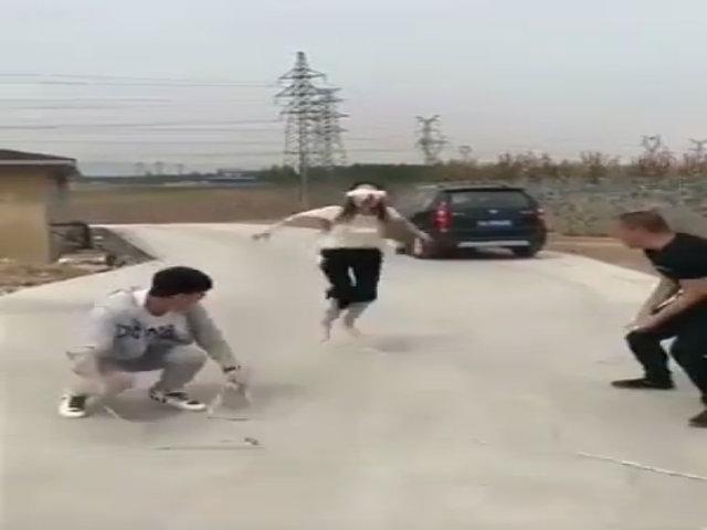 Thiếu nữ nhảy dây không ngừng nghỉ vì bị vơi khăm