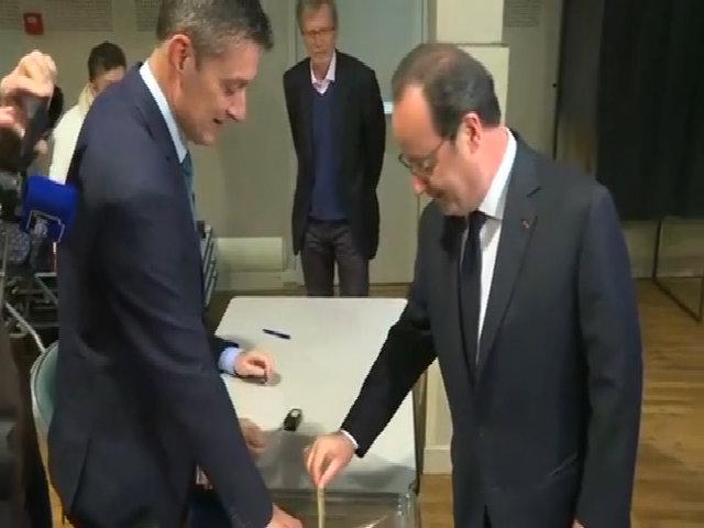 Tổng thống Francois Hollande bỏ phiếu ngày 23/4