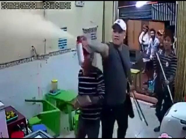Nhóm thanh niên đập phá, xịt hơi cay cửa hàng ở Sài Gòn