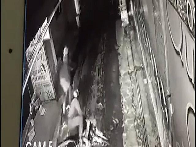 Hai tên cướp iPhone 7 bị đạp ngã sõng soài