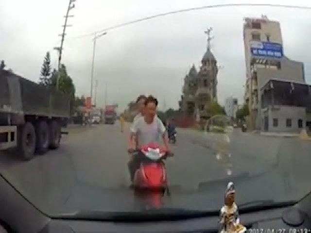 Tài xế tông hai người đàn ông đầu trần chạy xe máy trốn CSGT