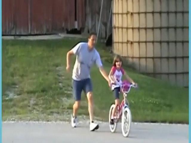 Bé gái tông vào nhà kho khi đi xe đạp
