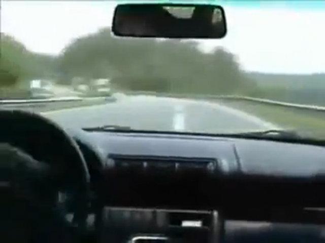 Tài xế 'điên cuồng' đánh lái tránh tai nạn