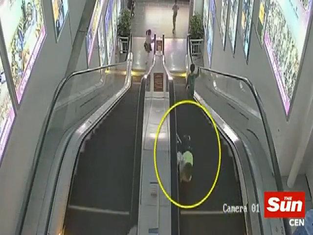 Bé trai Trung Quốc suýt mất ngón tay vì bị kẹt trong thang cuốn