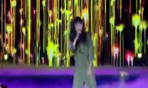Phương Thanh bị ném chai nước vào mặt khi đang hát