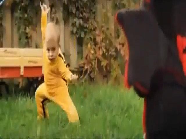 Cao thủ nhí tung đòn kungfu hạ gục quái thú