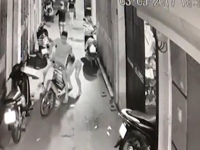 Hai vợ chồng chở con nhỏ đi ăn trộm túi xách ở Hà Nội