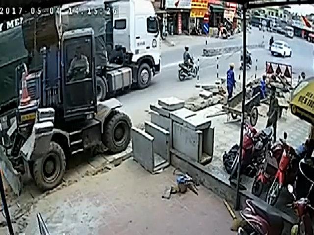 Người đàn ông chạy xe máy bị container cuốn gọn vào gầm