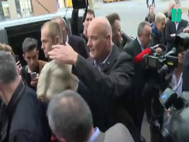 Ứng viên Le Pen ôm đầu vì bị ném trứng