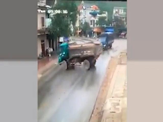 Xe tải trượt bánh, quay 180 độ trên đường nhựa