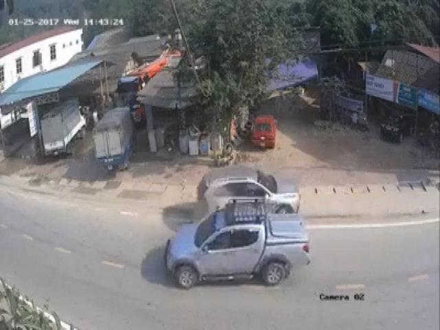 Ôtô quay 90 độ khi lùi từ vỉa hè ra đường