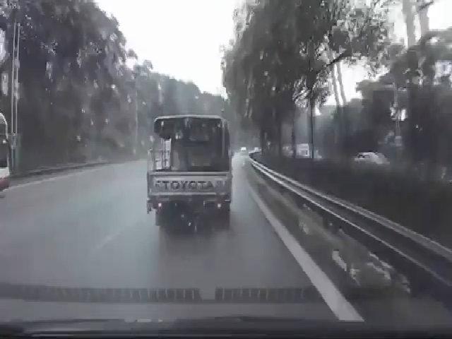 Tài xế xe tài lái như ngủ gật