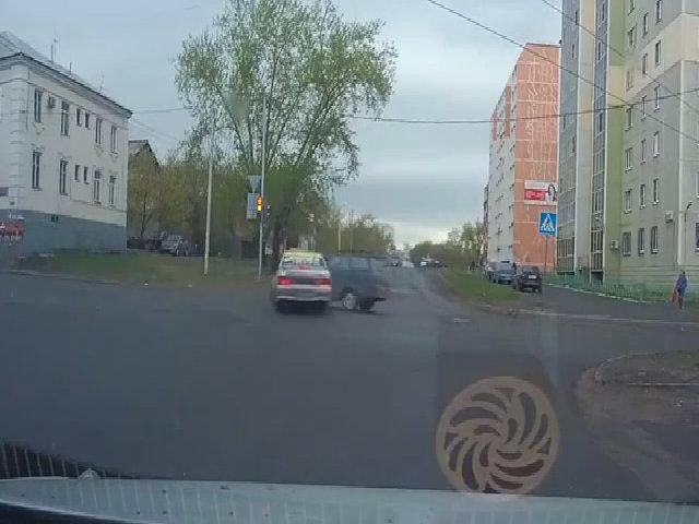 Taxi vượt đèn đỏ gây tai nạn rồi bỏ chạy