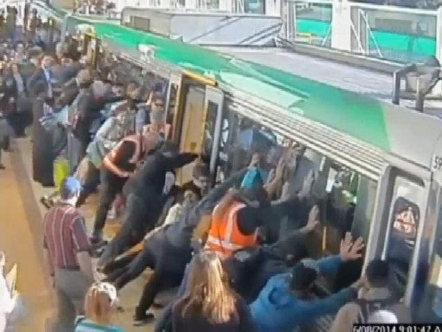 Hành khách ủn nghiêng toa tàu giải cứu người đàn ông bị kẹt chân