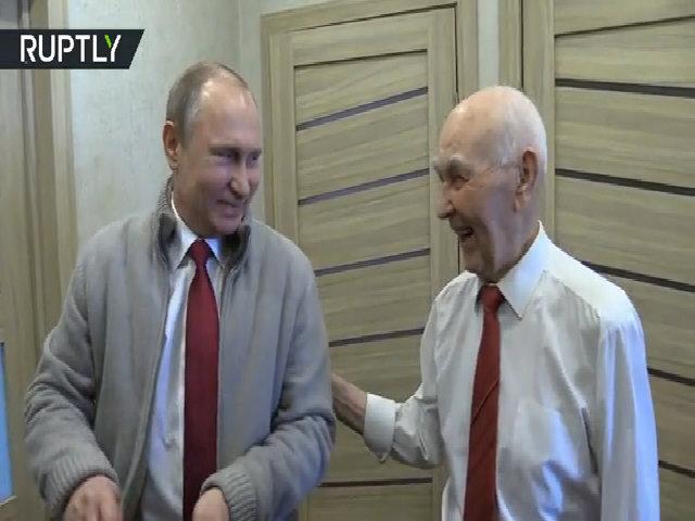 Ông Putin dẫn nhóm cựu điệp viên KGB chúc mừng sinh nhật sếp cũ