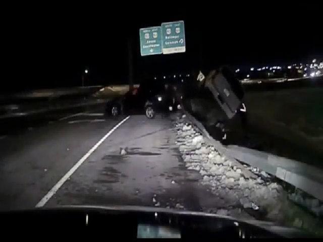 Cảnh sát suýt bị ôtô lật đè trúng người