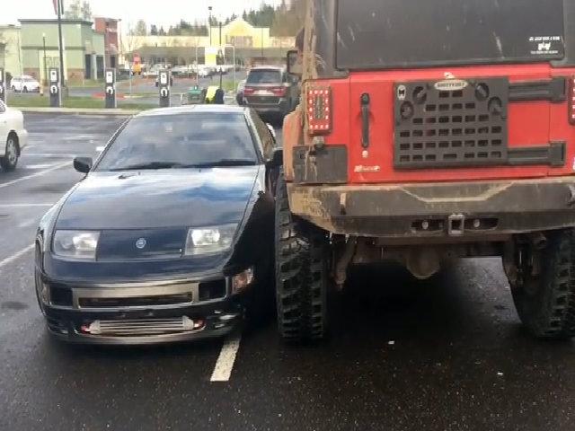 Jeep Wrangler 'kiếm chuyện' với Nissan 300ZX trong bãi đậu xe