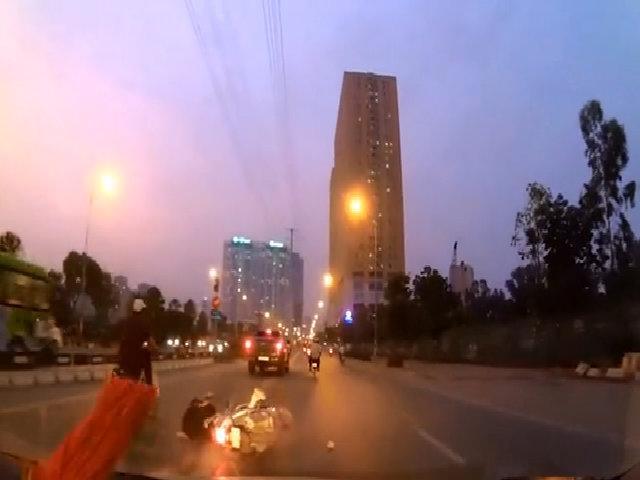 Suýt bỏ mạng vì tông phải viên gạch giữa đường