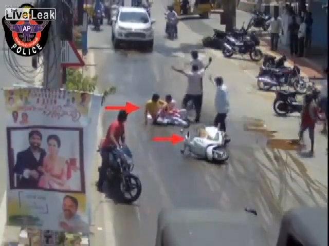 Xe máy ngã liên tục trên đường trơn