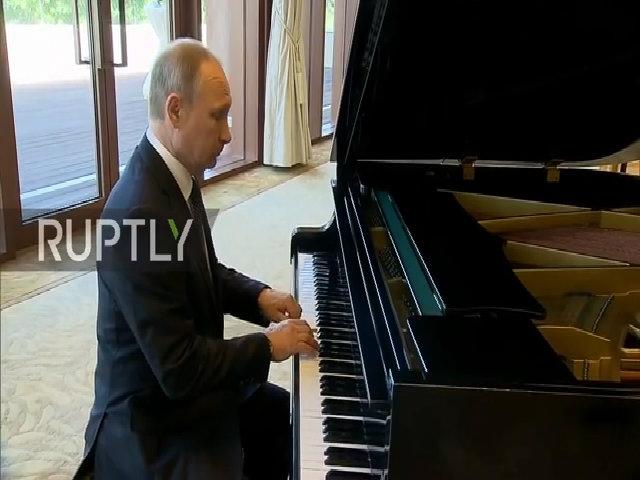 Putin ngẫu hứng chơi piano trong lúc đợi Chủ tịch Trung Quốc