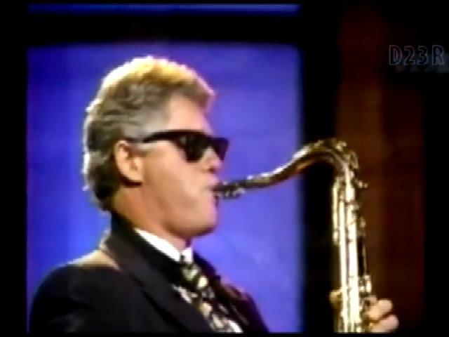 Clinton chơi saxophone