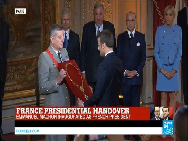 Khoảnh khắc ông Macron nhậm chức tổng thống Pháp