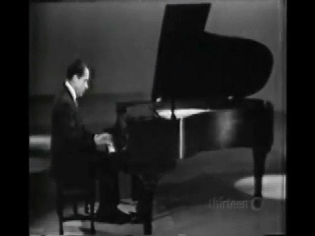 Richard Nixon chơi đàn piano