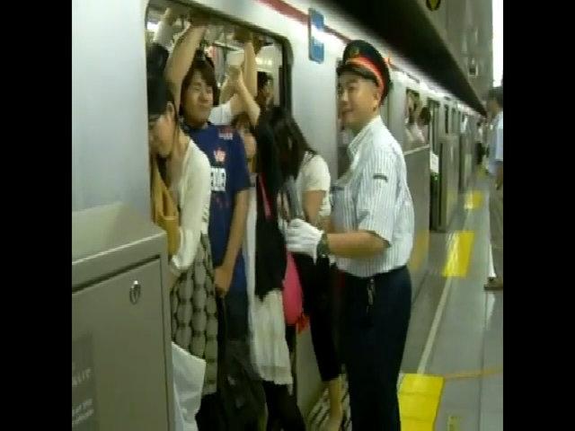 Cảnh chen chúc trên tàu điện ngầm ở thủ đô Tokyo vào giờ cao điểm